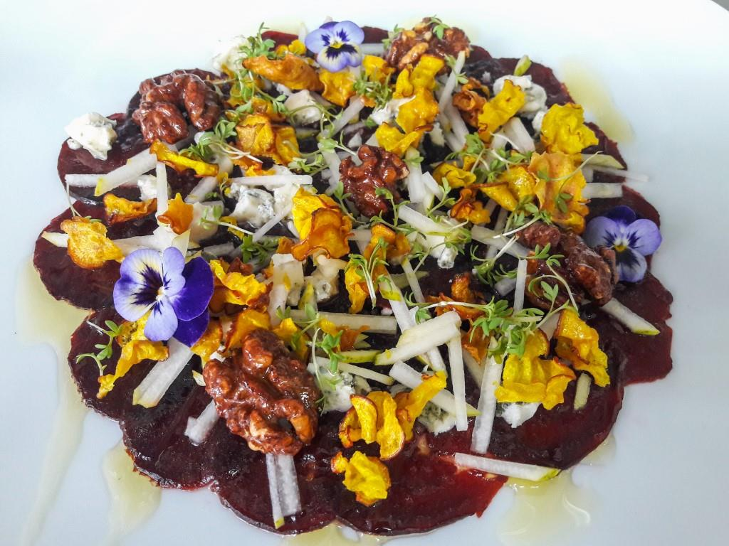 Rote Beete Carpaccio mit Apfelvinaigrette, Blauschimmelkäse und kandierten Walnüssen komprimiert