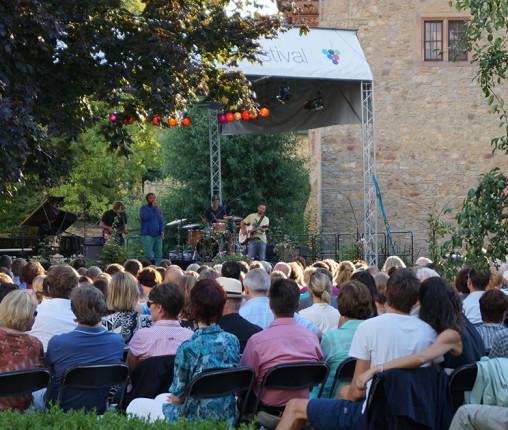 Konzerte auf der schwimmenden Bühne sind die Highlights, wenn das Rheingau Musik Festival auf Schloss Vollrads zu Gast ist.