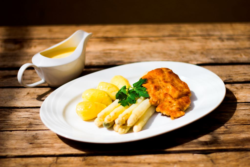 Spargel und Wiener Schnitzel